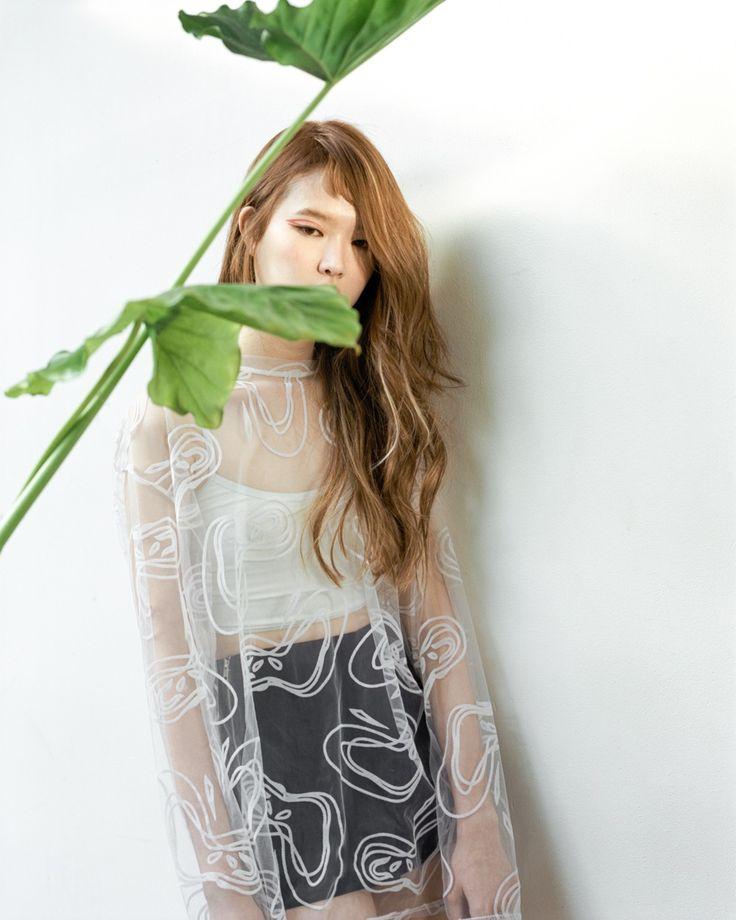 2016 S/S New design REEDS #1. Eulalia  Reeds – Long STYLE  이른 봄의 힘 있는 공기감처럼 헤어라인의 질감과 레이어에 움직음을 주어 컷팅하였고,  리즈 애쉬브라운 컬러를 이용, 그늘처럼 남은 봄의 차가움과 5월 빛의 선명함을 함께 표현하였다.