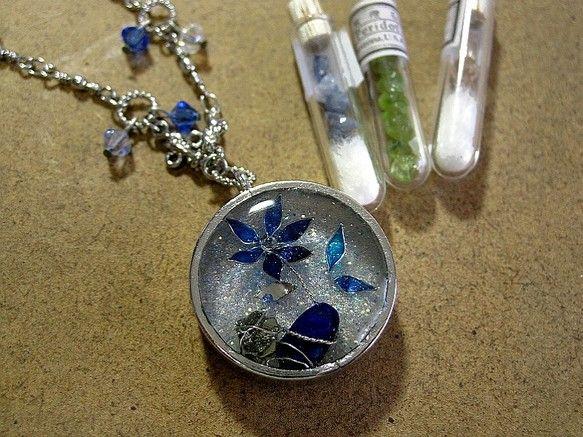 少し雰囲気の違うものをつくってみました。石から咲いた花のイメージです。ラピスラズリと黄鉄鉱に巻き付いた銀色の根から、銀の茎が伸びて葉が付き、青く透き通る花が咲...|ハンドメイド、手作り、手仕事品の通販・販売・購入ならCreema。
