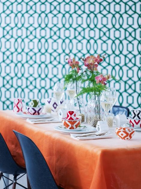 Tapetet Trina henter inspirasjon fra historiske mønstre, men er samtidig helt riktig i dagens trendbilde. Her som bakgrunn på en spennende bordsetting, kombinert med Conran for Wedgewood's kjente Ikat-servise.