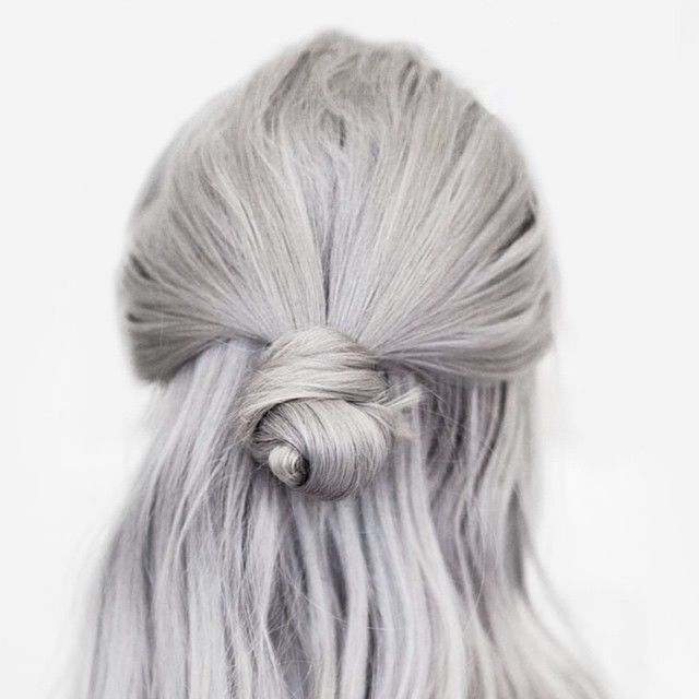Love this grey & loose half bun. Samla överhåret, gör en ögla, stoppa in topparna och dra åt. Funkar bäst när håret är otvättat och lite smått trassligt.
