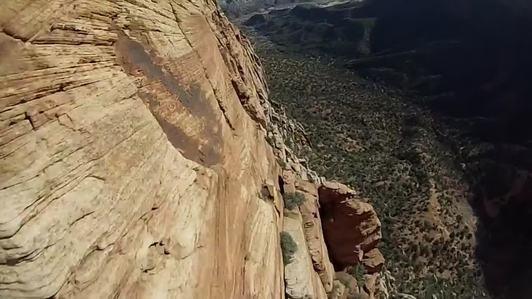 """El tipo de paracaidismo realizado con wingsuits (traje aéreo), se ha convertido en una de las últimas modas en el mundo de los deportes extremos. Robert """"Scotty-Bob"""" Morgan, un amante de este tipo de adrenalina, grabó este vídeo en el Parque Nacional Great Basin, en Utah. Con una toma en primera persona gracias a una cámara que llevaba en la cabeza, podemos ver cómo Scotty-Bob cruza el famoso """"Beehive Line"""", deslizándose a pocos metros de distancia de las paredes de la formación rocosa. ..."""