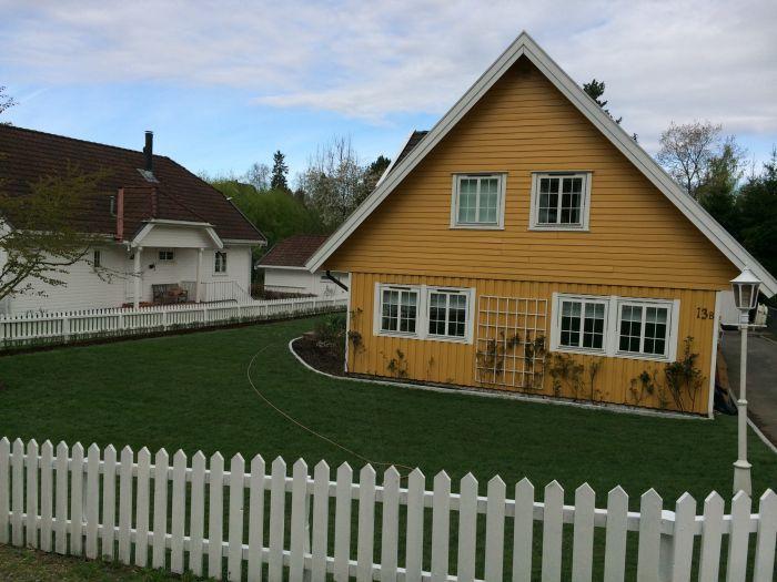 Nytt #gress, #blomsterbed og #kantstein har gitt denne hagen et skikkelig løft.