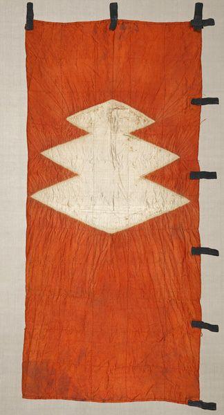 茜絞染三蓋菱紋旗指物 〈あかねしぼりぞめさんがいびしもんはたさしもの〉絹、絞染 桃山時代〔日本〕 16世紀  93.0 x 40.0 cm  No.22599