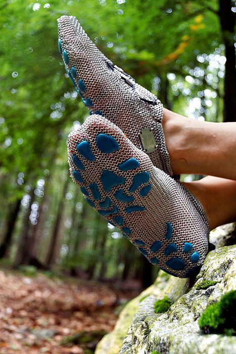 PaleoBarefoots® represent a new, open-to-the-environment barefoot concept which is combined with a focus on on injury prevention. Review: http://barefootbritain.co.uk/blogs/news/14297917-review-for-the-paleo-barefoots-anterra-by-tracy-davenport
