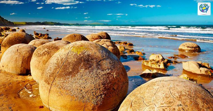 Playa de Koekohe en #NuevaZelanda tiene grandes piedras casi esféricas que evocan a leyendas de dragones. Sin embargo, su origen se debe a la acción de las olas y la arena durante millones de años sobre rocas con un alto componente de calcita.