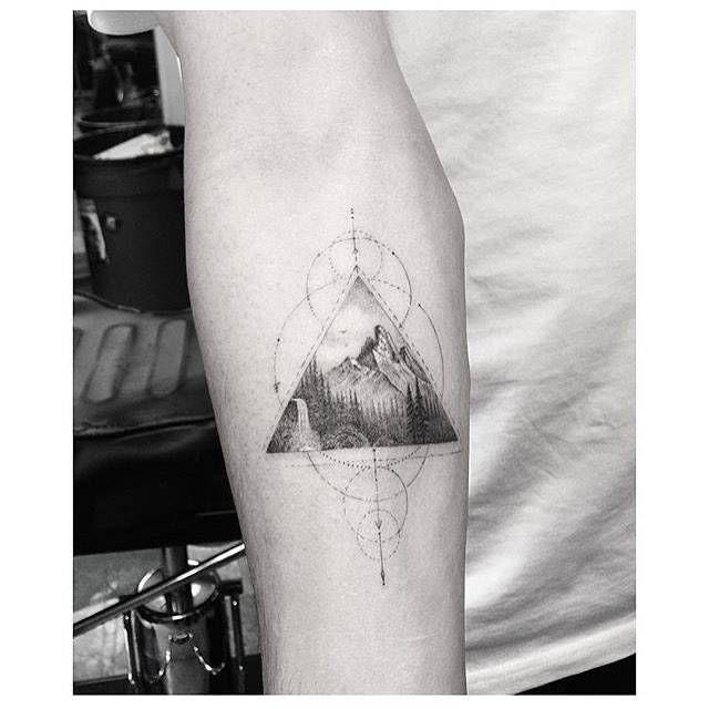 Fine line style mountain triangle tattoo on the right inner forearm. Artista Tatuador: Dr. Woo