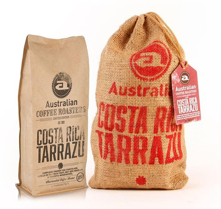 """Australian Limited edition Costa Rica Tarrazu  Australian Limited edition Costa Rica Tarrazu De boon die is gebruikt voor de Australian Limited edition Costa Rica Tarrazu heeft een blauw-groene gloed en staat daarom bekend als de """"blauwe Arabica"""". De boon wordt na het plukken eerst 16 uur gefermenteerd in de bes waardoor er een zoete wijnachtige smaak ontstaat. Ook smaken van chocolade vanille en exotisch fruit worden onderscheiden. Jute zak à 500 gram.  EUR 14.95  Meer informatie"""