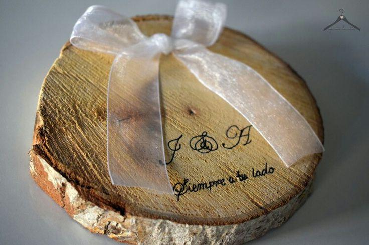 Porta alianzas rústico, de madera grabado a mano con iniciales y frase
