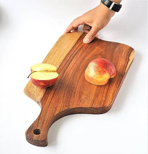 Masívna drevená doska na servírovanie