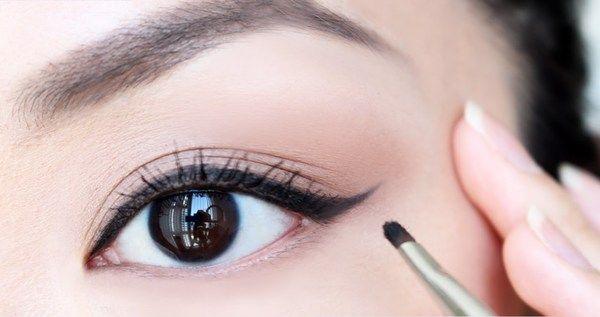 بالفيديو طرق رسم الآيلاينر كالمحترفات في ثواني Eyeshadow Tutorial How To Apply Eyeshadow Eye Liner Tricks