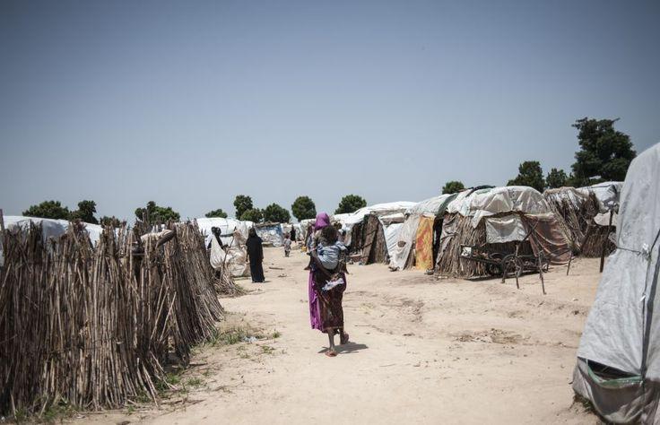 Une femme et son enfant marchent dans le camp de Muna, qui abrite plus de 16 000 déplacés près de Maidiguri, dans l'État de Borno, dans le nord-est du Nigeria.