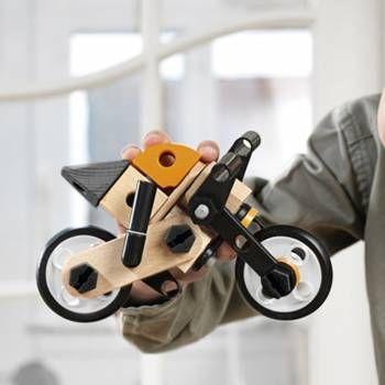 Moto Brio Builder. Deze motor van Brio kan je zelf in en uit elkaar halen! Echt iets voor de toekomstige techniekers!