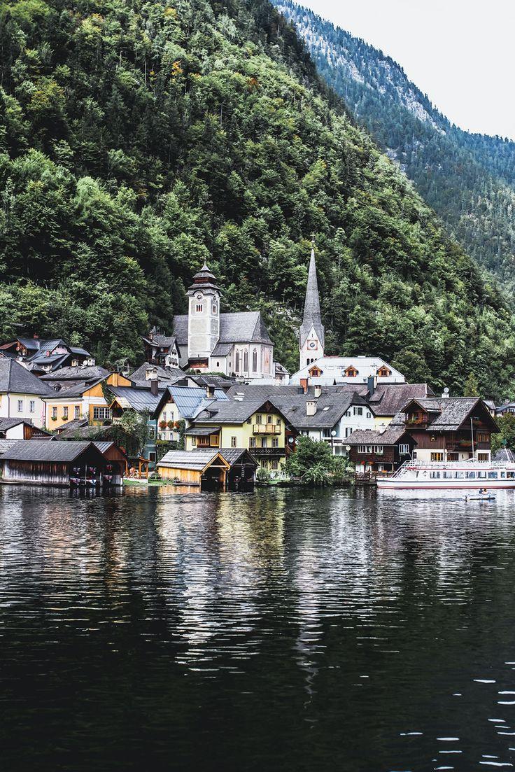 Eine der berühmtesten Städte Österreichs // Hallstatt auf VANILLAHOLICA.com . Hallstatt ist die berühmteste Stadt Europas. Sagen viele. Eines der berühmtesten Dörfer in Österreich ist es alle Mal. Hallstatt ist geprägt von den in den Hang gebauten Häusern, dem Salzbergwerk, dem Hallstätter See, und dem Dachstein der fast um's Eck ist. Es ist voller Traditionen,und traditionell österreichischen Häusern. Ein wahrer Hingucker und definitiv einen Tagesausflug von Salzburg, Wien oder Österreich…