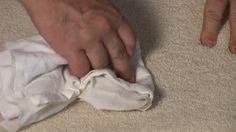 14. Vlekken op het tapijt? Geen nood! Smeer er tandpasta op en wrijf er met een borstel overheen. Neem vervolgens het tapijt af met een vochtige doek en de vlek zal verdwijnen.