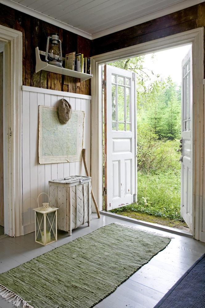 Dette er hoveddøren fra kjøkkenet og ut i hagen. På veggen henger et kart over området - og her har også en stokk og en hatt fått plass. Den øverste delen av veggen er original.