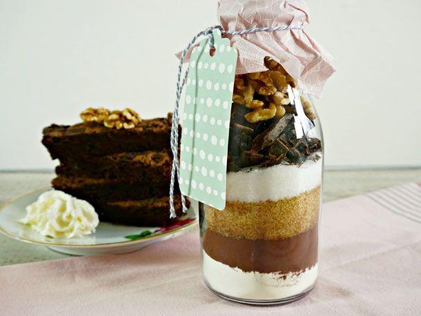 Die selbst gemachte Brownie-Backmischung aus einer Handvoll einfacher Zutaten ist die perfekte Geschenkidee für alle Kuchenfans und Naschkatzen. So geht's!