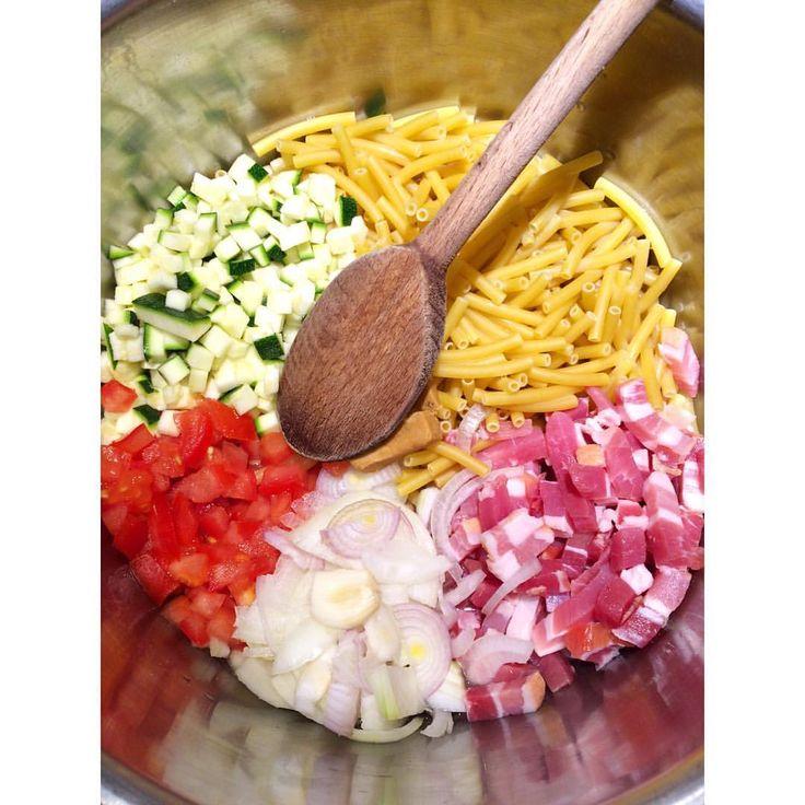 Pasta expresso • Il n'y a pas plus simple à préparer: pâtes, légumes, aromates, huile, petits dés de viande... On fait tout cuire en même temps dans une seule casserole, et hop, on obtient des pâtes délicieusement parfumées! #happymummy #vitalfood