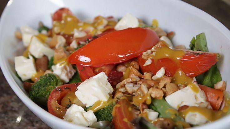 Acompaña tus tomates horneados con un mix de lechugas verdes, merey triturado, queso y un rico aderezo de mostaza dulce. #PataCook