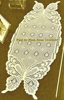 Caminho de mesa em crochê filet com motivo de borboletas