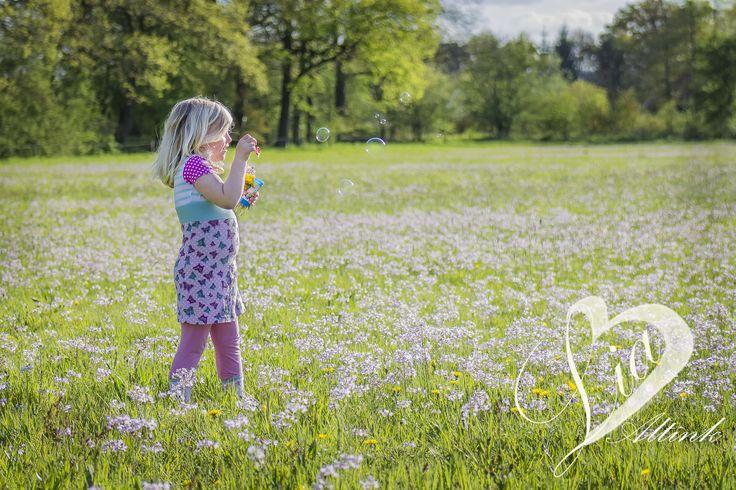bellen blazen met rosalie, mooi meisje, fotoshoot, fotografie, foto, bloemen