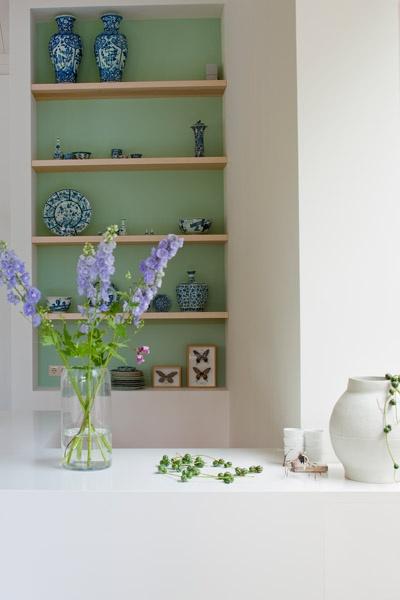 Mooie groene achterwand in een verder sobere ruimte, de diepte van deze nis wordt hiermee geaccentueerd. Jeroen van der Spek | Interior | stillstars.com