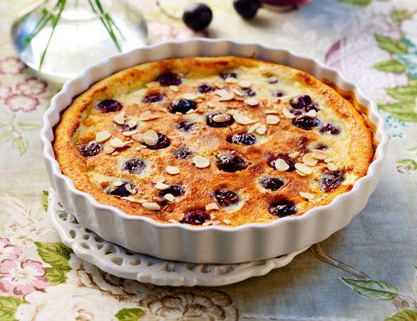 Ένα πολυταξιδεμένο γλυκό που ξεκίνησε από τη γαλλική επαρχία της Λιμουζίν το 19ο αιώνα και κατέκτησε όλο τον κόσμο με το παράξενο όνομα Clafoutis (κλαφουτί). Γευστικά μοιάζει με φρουτένιο ζουμερό κέικ με κεράσια.