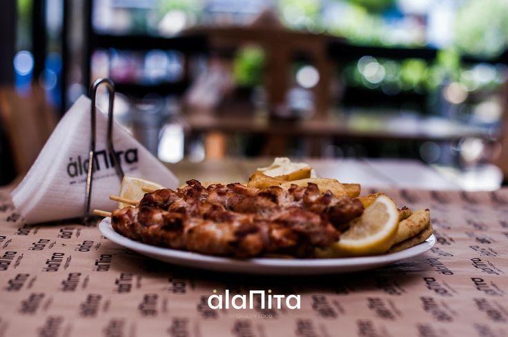 Δεν ξέρουμε εάν ο έρωτας περνάει από το στομάχι πάντως η ευτυχία σίγουρα περνάει. Η λύση είναι μία.. A La Pita  Τηλέφωνα παραγγελιών: Νίκαια Κουταΐση 31 2104905013  Κερατσίνι  Π.Τσαλδάρη 96 2104001371 #keratsini #nikaia #salates #souvlaki #patates #kalamaki