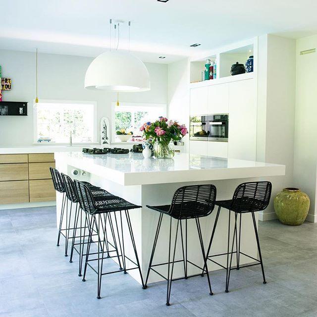Deze fantastisch ruime keuken opgeleverd met bijzondere aspecten zoals uitschuifbaar bovenblad #himacs voor toegang naar de kelder. Apparatuur van hoogwaardige kwaliteit #Miele #pittcooking #wavekitchenproducts #interior #newkitchen #kitchen #keuken #design #handmade #oak