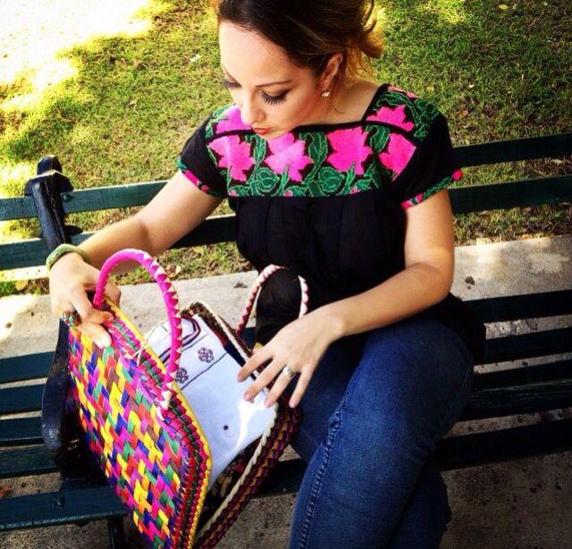 Blusa bordada a mano técnica punto de Cruz. Chiapas
