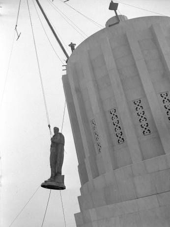 Raising of the Oregon Pioneer statue to the top of the new Oregon State  Capitol :