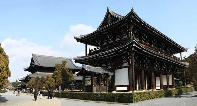 東福寺の三門です。東福寺は西暦1255年に摂政九条道家が造営した当時京都最大の仏教寺院です。