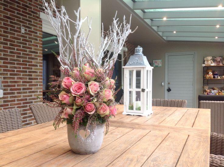 Bloemstuk met witte takken,rozen en erika