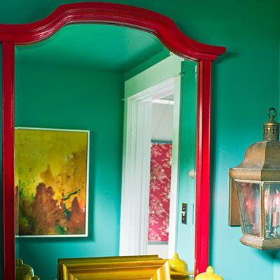 groene muur, rode spiegel