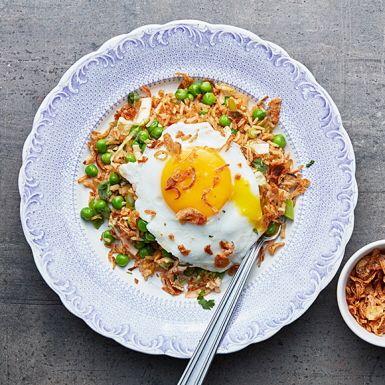 """Ge gårdagens ris nytt liv genom att steka på det med goda grönsaker! Vrid upp smaken i detta """"fried rice"""" med en snabbfixad kimchi som du rör ner mot slutet. Bjud med stekta ägg och rostad lök, som tillsammans med riset blir till en riktig fullträff i smaker."""