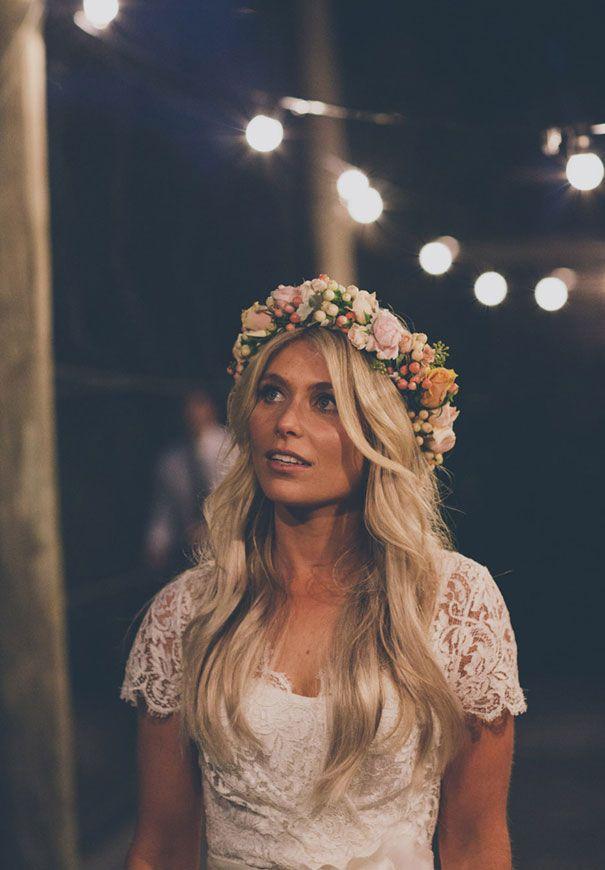 Weiche Wellen und viel Blumen: Fertig ist die Hippie Hochzeit Frisur.