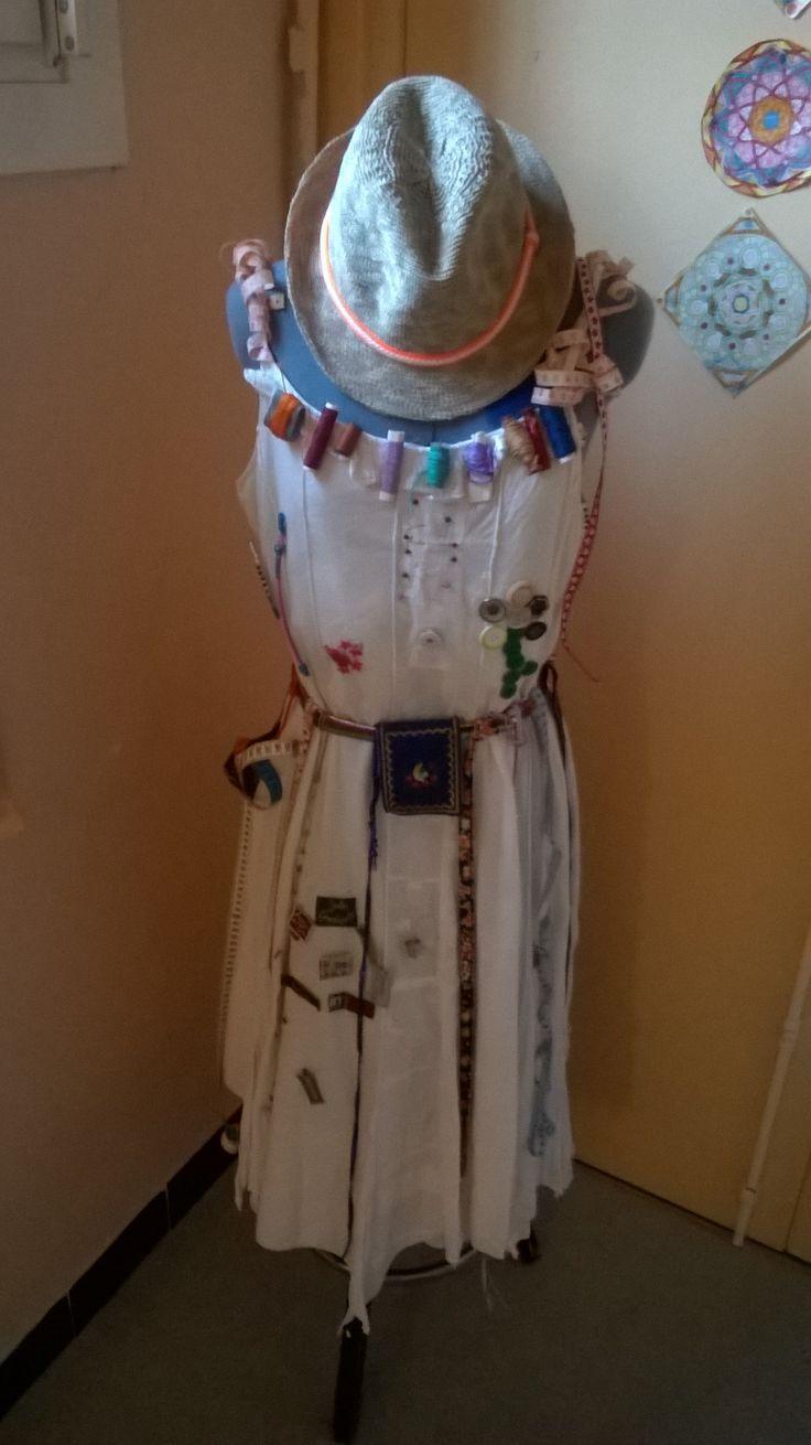 """LA ROBE DES 100. Dans le cadre de la fête des 100 jours d'école et en rapport avec un projet """"arts textiles"""". 100 objets liés à la couture : rubans, bobines de fils, aiguilles, étiquettes de vêtements, boutons, épingles, dés, mètres de couturière....."""