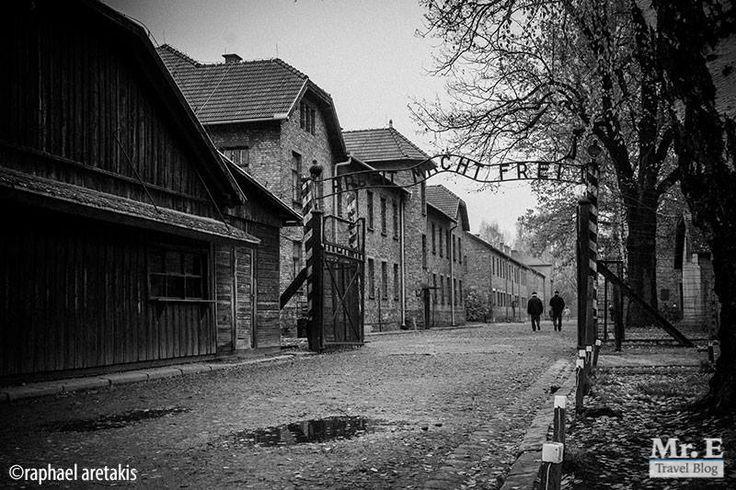 Όταν ακούω τη λέξη Άουσβιτς, μου έρχονται 2 πράγματα στο μυαλό: Κρακοβία και θλίψη. Η Κρακοβία γιατί είναι ο πιο κοντινός σταθμός πρόσβασης και θλίψη γιατί… Την ιστορία τη γνωρίζετε. Ήμασταν ήδη δυο μέρες στην Κρακοβία όταν έφτασε η μέρα της επίσκεψής μας στο Στρατόπεδο Συγκέντρωσης του Άουσβιτς. Είχαμε κλείσει ήδη τα εισιτήριά μας για …