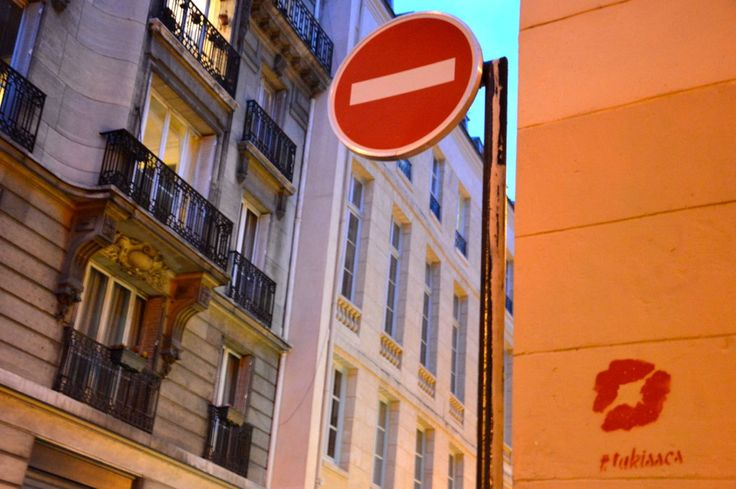 Kiss stencils around romantic places in Paris www.thefrenchkiss.fr #thefrenchkiss #purekiss #tukisses
