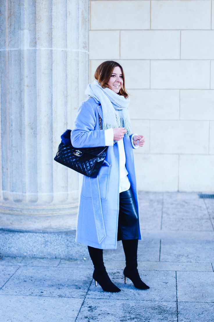 http://whoismocca.com/fashion/outfit-of-the-day/fashion-week-outfit-2-hellblauer-mantel-schwarze-culotte-oversize-pullover-modeblog-fashionblog-influencer/ who is mocca, modeblog, fashionblog, fashion week berlin outfit, hellblauer mantel, serenity, culotte, stretchstiefel, chanel maxi jumbo, vintage bag, whoismocca.com