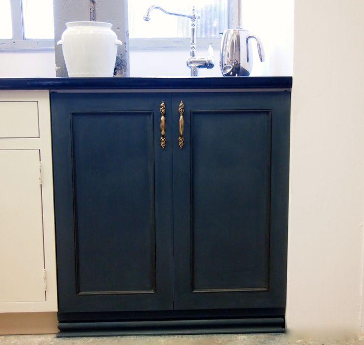 Nasza szafka pokazowa pomalowana farbą Chalk Paint decorative paint by Annie Sloan - mieszanka Aubusson Blue z Graphite w proporcji 2:1