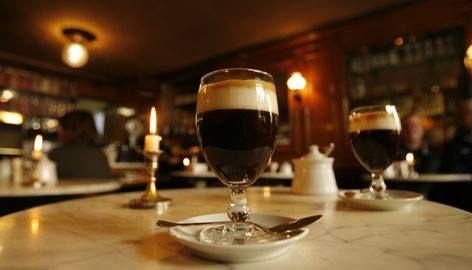 Per i golosi!!! Conoscete il Caffè Cioccolateria Al Bicerin di TORINO? E' ben più di un pezzo storico d'Italia. E' nato nel 1763, quasi cent'anni prima dell'unità nazionale, quando le sue stanze le frequentava un certo Camillo Benso Conte di Cavour. Adesso compie la bellezza di 250 anni! Niente male.Vera protagonista però è la sua ricetta segreta del BICERIN (che da nome al locale)composto da cioccolata gianduia, caffè e fior di latte miscelate e preparate ad arte.Da provare.Parola di…