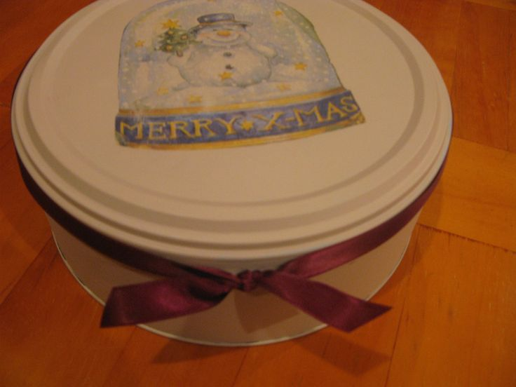 Handpainted and decopaged Roses Tin. Makes for a lovely gift box, just fill it with homemade biscuits and et voila, you have a lovely gift... or simply keep it for yourself x