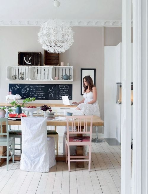 wooden crates as shelves, mismatched chairs and a long chalkboard (via Keltainen talo rannalla)