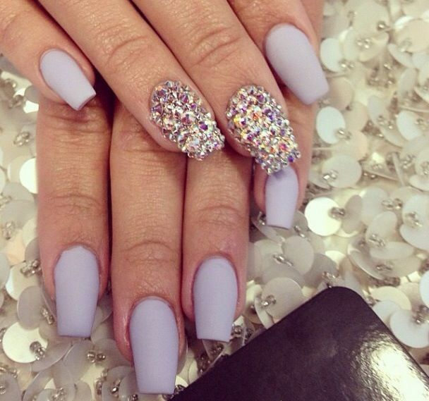 I love this shade of purple and the shape of her nails :)