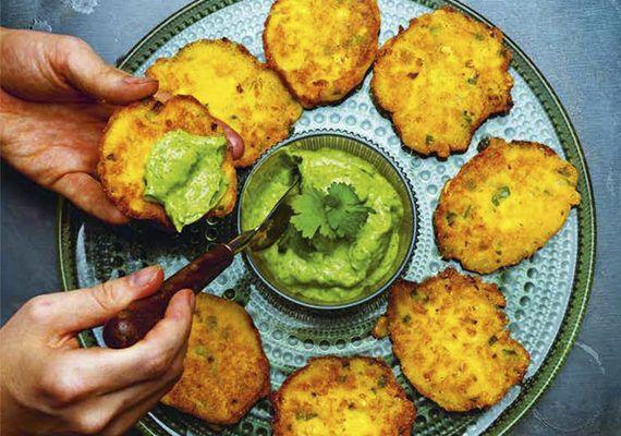 De här majsplättarna är en ständig favorit och är godast nystekta och frasiga. Glöm bara inte den uppdaterade guacamolen, eh vi menar avokadochimichurrin.