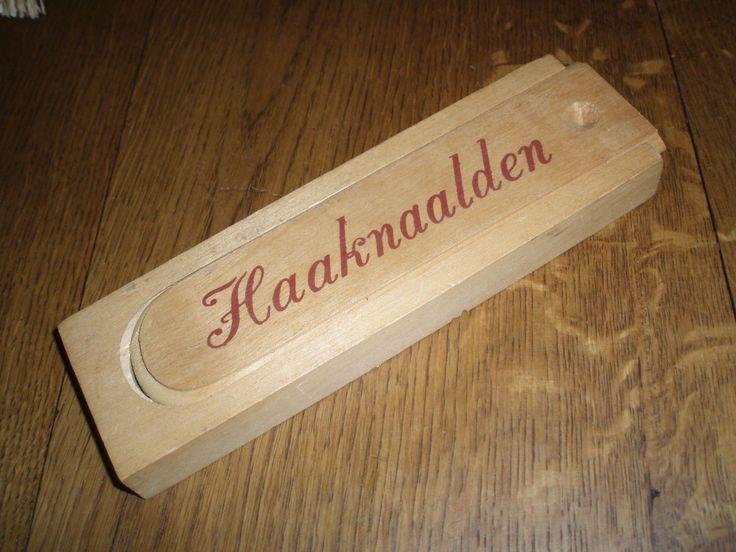 Een leuk gezellig houten doosje met een Nostalgisch tintje met 14 verschillende haaknaalden en grote speld er zijn 3 oude haaknaalden bij.
