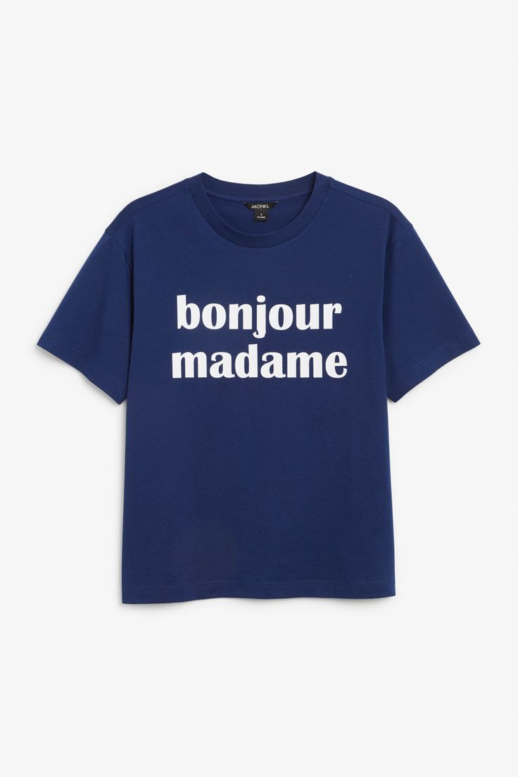 Say bonjour to this oversized tee made from 100% organic cotton! In a size small the chest width is 106 cm and the length is 65 cm. The model is 175 cm and