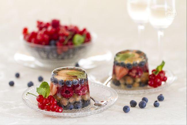 L'aspic ai frutti di bosco è un dessert elegante e raffinato preparato con i frutti di bosco e una gelatina profumata a base di moscato.