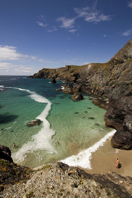 visitheworld:Kynance Cove in Cornwall, England (by Paulus Veltman).  enchantedengland: Oooooh very lovely! Sea lust and tiny people and the ragged romantic Celtic beauty that is Cornwall.