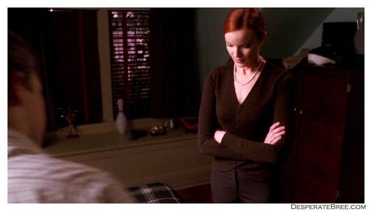 bree van de kamp desperate housewives andrew's bedroom black knit sweater french braid braided long sleeves v-neck pearl necklace pants jewelry season 2 jewellery jewels style outfit clothes fashion simple casual